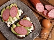 Протеинов сандвич с пълнозърнест хляб, авокадо, белтъци и колбас